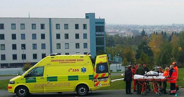 Hasiči vytáhli těžce zraněného muže ze světlíku mezi domy v Plzni: Ten pak v nemocnici zemřel (ilustrační foto)