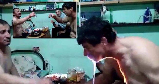 Rusovi při pitce chytla od zapáleného alkoholu hruď.