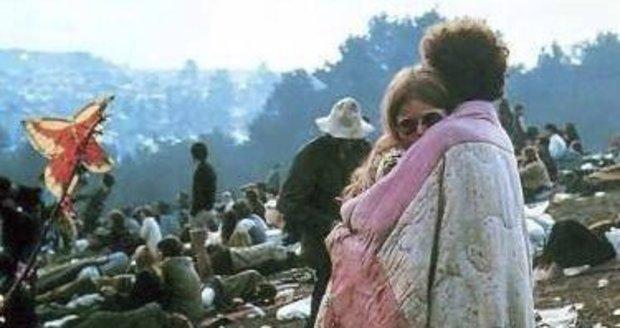 Tato fotografie se stala hlavní fotkou Woodstocku. Dvojice na ní je dodnes spolu.