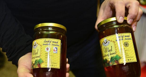 Logo Klasa, které spotřebitelům garantuje kvalitu (foto vlevo), odebral Včelpu Státní zemědělský fond v březnu tohoto roku. Místo něj má dnes výrobce obrázek včely (foto vpravo).