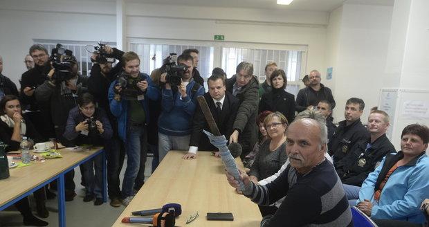 Migranti v Bělé se vyzbrojili kovovými tyčemi. Zkušeli vyrobit i meče