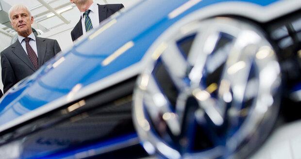 """Volkswagen """"žehlí"""" smrdutou pověst. Řidičům zaplatí extra náklady v servisech"""