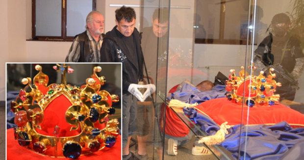Svatováclavská relikvie opustila Karlštejn: Korunu převáželi těžkooděnci!