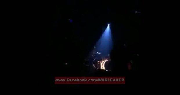 První výstřely na pařížském koncertu v klubu Bataclan: Video zachycuje začátek pekla
