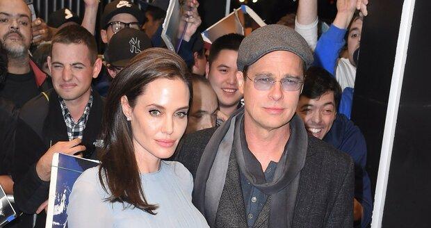 Manželský pár Angelina Jolie a Brad Pitt na premiéře nového snímku U moře, kde si oba zahráli, a Jolie dokonce film i režírovala.