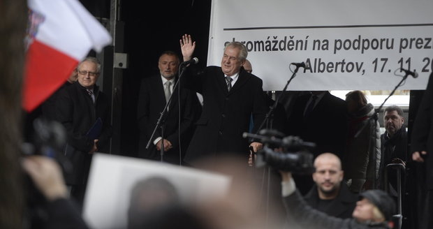 Zeman po boku islamofoba Konvičky: Zapěl hymnu, mluvil za národ