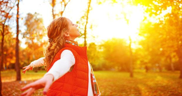 Osmdesát procent vitaminu D si tělo tvoří samo za pomoci slunečních paprsků. Proto se snažte i v tomto období chodit ven.