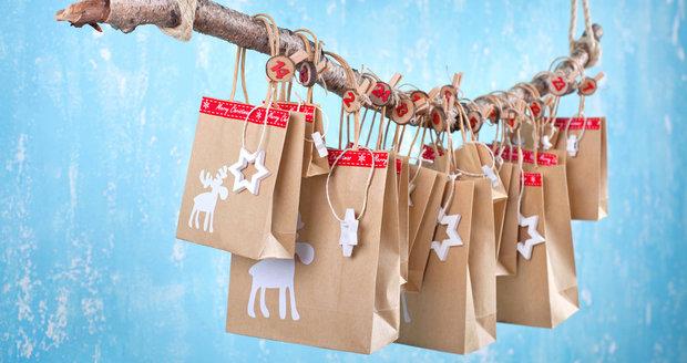 Papírové tašky od dárků se mohou využít i o vánocích.