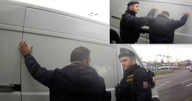 Česko zadrželo mezinárodně hledaného teroristu. Chovanec tleská policistům