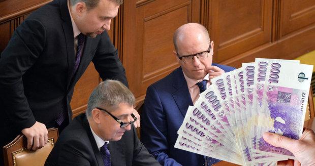 """Vláda chce možnost bankrotu pro více lidí. """"Morální hazard,"""" kritizuje opozice"""
