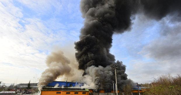 Druhá oběť požáru v turnovské továrně: Těžce popálený muž zemřel v nemocnici