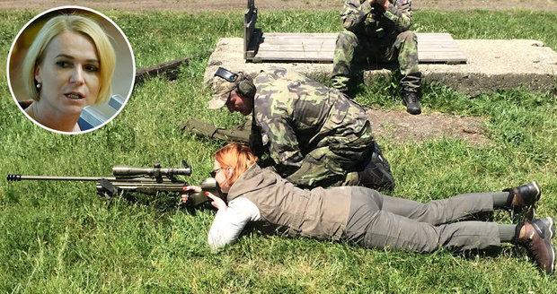 Poslankyni Černochové vyhrožovali: Chtěli jí uříznout hlavu! Tak se učí střílet