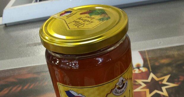 V některých obchodech po republice je závadný med od Včelpa pořád k mání.