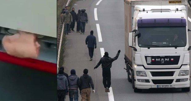 Kamioňák se pochlubil štítem proti migrantům. Muslimy má odradit vepřové