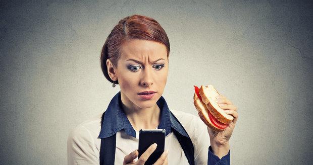 U jídla odložte práci i telefon. Mozek jinak neví, na co se soustředit, a bohužel většinou vyhrává práce. V důsledku čehož má tělo problém jídlo zpracovat.
