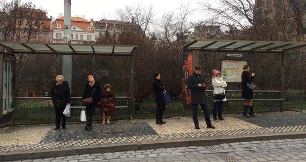 """Pražané si """"zasurfují"""" i na zastávce MHD. Některé tramvaje ale možná zmizí"""