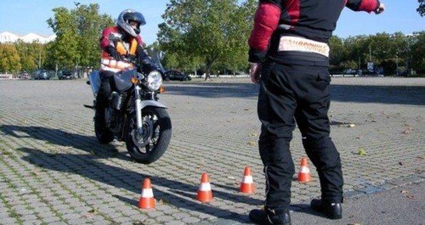 Řidičák na motorku se zásadně změní. Poslanci zatlačili na autoškoly