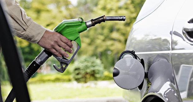 Místo benzinu nafta: V Pardubicích tekl z pistole na Natural diesel