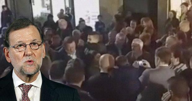 Premiér dostal ránu v přímém přenosu: Rozzlobený mladík mu dal pěstí