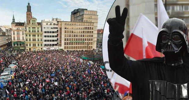 """""""Hvězdné války"""" v polských ulicích: Proti premiérce vytáhl i Darth Vader"""