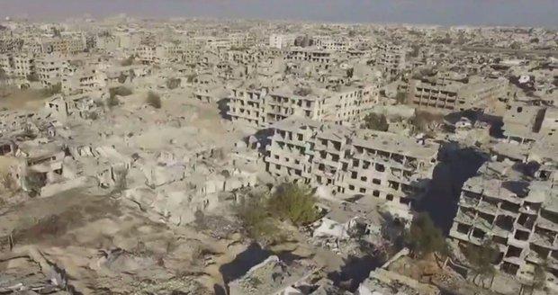 Záběry jako z apokalypsy. Dron ukázal místo čtvrti velkoměsta haldu trosek