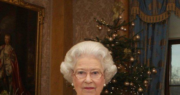 Královna Alžběta II. se stromečkem