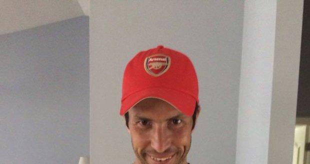 Radek Štěpánek ukázal dres Arsenalu po rekordní Čechově nule