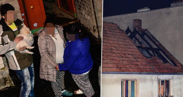 Cikáni, táhněte, řvali prý na Romy a zaútočili světlicí. Děti podpálily střechu, míní vyšetřovatel