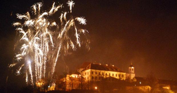 Přelom roku se v Česku neobejde bez ohňostrojů. Města se nyní předhání v tom, kdo za show utratí nejvíce peněz.