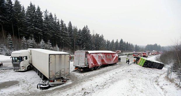 Ledovka, sněžení a snížená viditelnost ohrožují silniční dopravu napříč republikou.