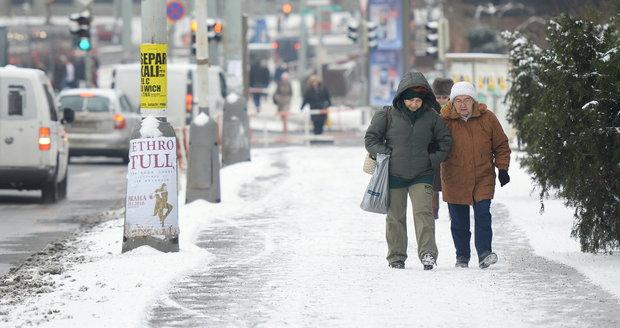Silnice i chodníky budou místy kluzké, řidiči a chodci by proto měli věnovat zvýšenou pozornost místním podmínkám.