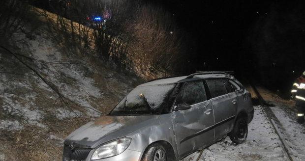 Řidič po smyku skončil na kolejích: Běžel proti vlaku a zabránil nehodě