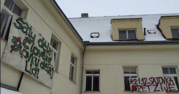 Squatteři opustili usedlost Šatovka v Šáreckém údolí v Praze.