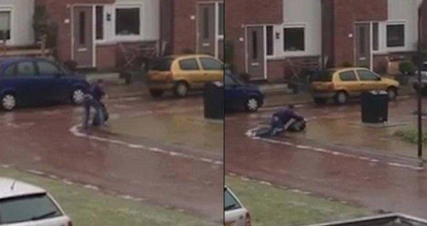 Nizozemec se snažil na ledu vynést odpadky. Nakonec musel na kolena.