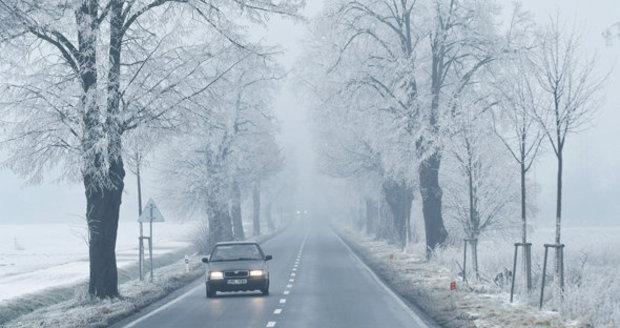 Od čtvrtka bude opět sněžit. Ledovku tak na silnicích vystřídá náledí.