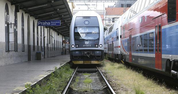 Mezi Prahou a Berounem jezdí vlaky se zpožděním kvůli rozbité koleji. (Ilustrační foto)