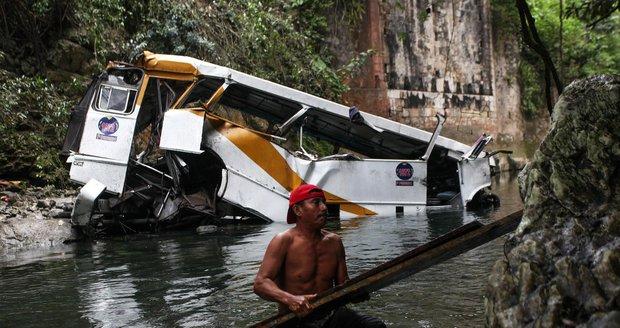 Náklaďák se svatebčany sjel z mostu do řeky: Nejméně 45 mrtvých, včetně novomanželů