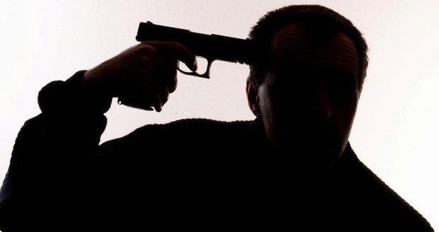Seděl u chaty s hlavou v dlaních a vedle sebe měl zbraň: Nešťastník hrozil sebevraždou