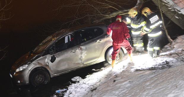Řidič zaparkoval auto ve Vltavě, vůz museli vytáhnout hasiči