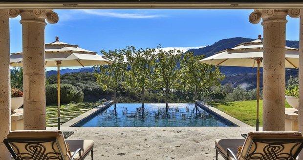 Zpěvačka si ve svém novém domě může dopřát relax u bazénu a dívat se do zeleného údolí.