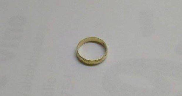 Prsten, který neštastná manželka ztratila v pardubickém supermarketu.