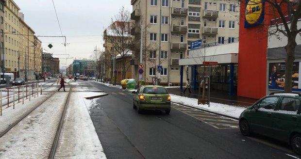 Koněvova ulice měla být opravovaná od příštího pondělí. Její rekonstrukce se ale kvůli četným uzavírkám v hlavním městě posune o dva týdny. (ilustrační foto)