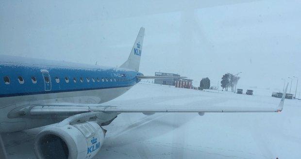 Husté sněžení zpozdilo odlety z Letiště Václava Havla Praha.