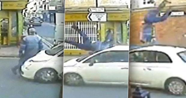 Chodce srazilo auto a vyhodilo ho do vzduchu: Letěl 12 metrů!