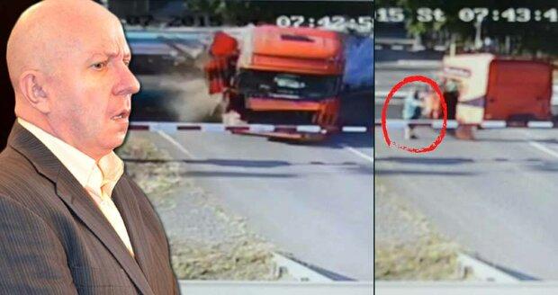 Rozhazoval rukama a chodil kolem kabiny: Řidič od Studénky nikomu nešel na pomoc