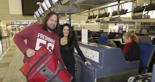 Manželé Pomeje na letišti při odletu do Thajska