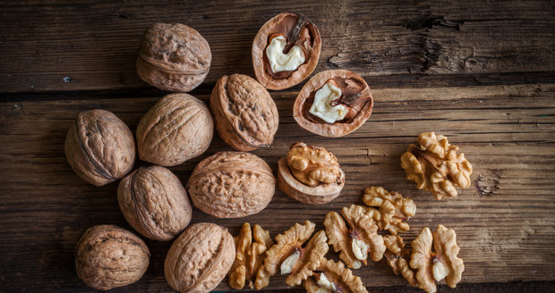 Vlašské ořechy. I když pro mnohé jsou vlašské ořechy známé spíše ve spojení s Vánoci a pečením cukroví, po zbytek roku by se na vašem stole rozhodně měly objevit. Jsou bohatým zdrojem vlákniny, obsahují mangan, měď a omega-3 mastné kyseliny. Hrstička vás zasytí a dokáže odvrátit velký hlad. Navíc z nich získáte potřebné zdravé tuky.