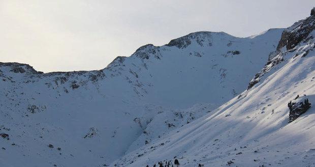 Tyrolská lavinová služba zachytila Čechy těsně před pádem laviny na fotografii.