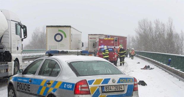 Sníh komplikuje i ve čtvrtek řidičům cestu v mnoha krajích. (Ilustrační foto)
