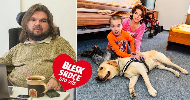 Ředitel Michal Prager a jeho organizace Pestrá společnost vycvičila asistenčního psa pro Jindru.